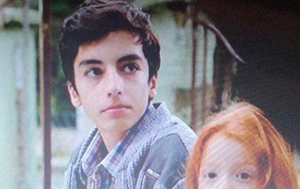 Çocuk oyuncumuz Arda Şahin, Kuzgun Dizisinde Çocuk Ali karakterini canlandırmaktadır.